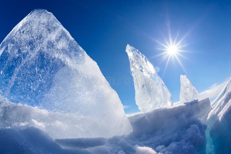 Masa de hielo flotante y sol de hielo en el lago Baikal del invierno fotos de archivo libres de regalías