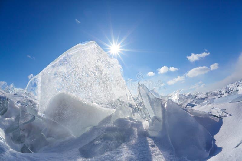 Masa de hielo flotante y sol de hielo en el lago Baikal del invierno imagen de archivo