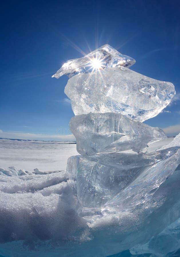 Masa de hielo flotante y sol de hielo en el lago Baikal del invierno imagenes de archivo