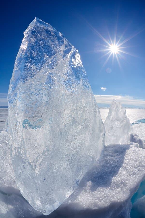 Masa de hielo flotante y sol de hielo en el lago Baikal del invierno imágenes de archivo libres de regalías