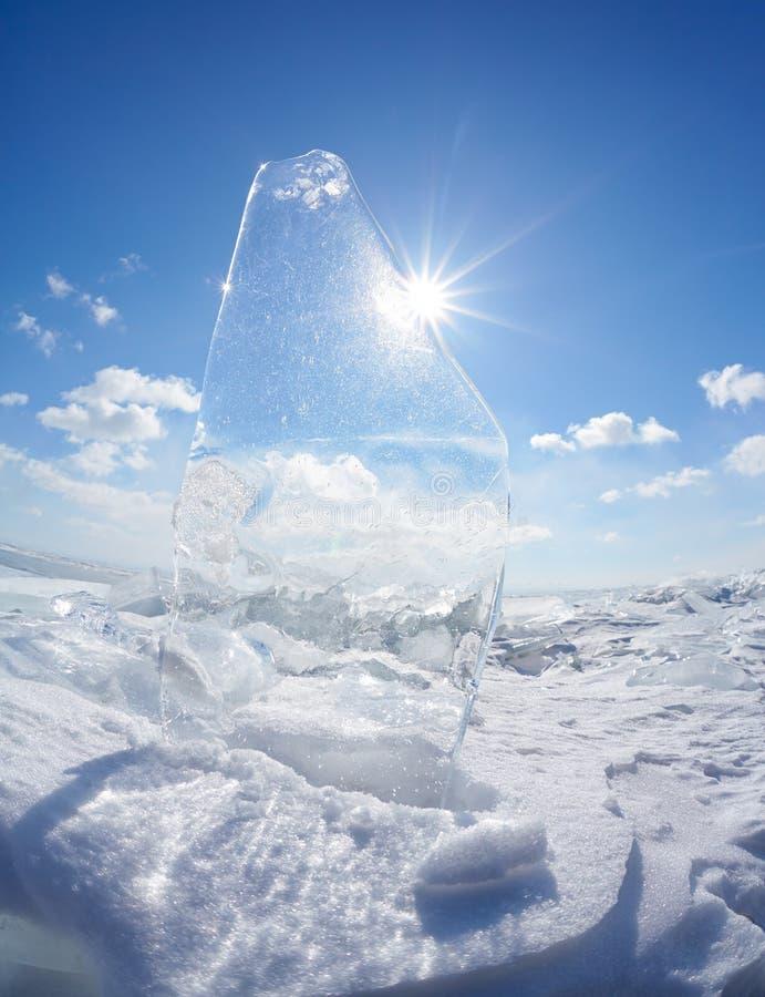 Masa de hielo flotante y sol de hielo en el lago Baikal del invierno foto de archivo