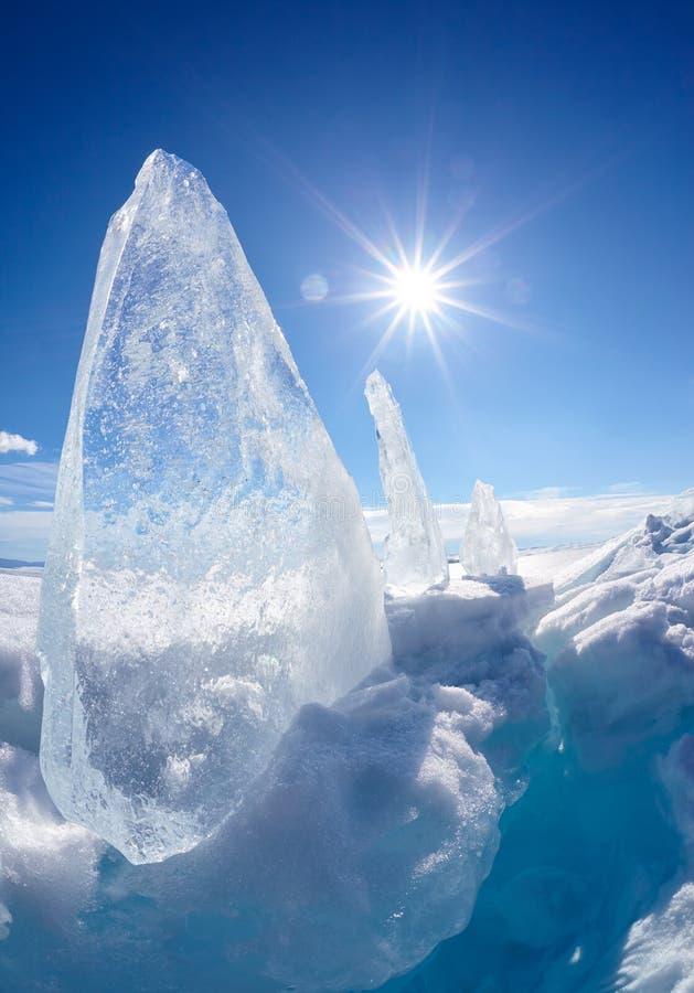 Masa de hielo flotante y sol de hielo en el lago Baikal del invierno fotografía de archivo libre de regalías