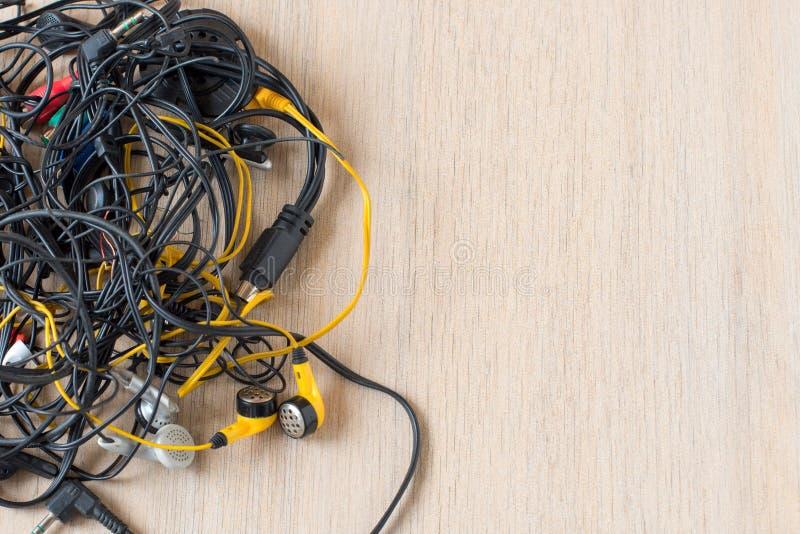 Masa Tangled encima de los alambres, de las conexiones y de los cables viejos foto de archivo