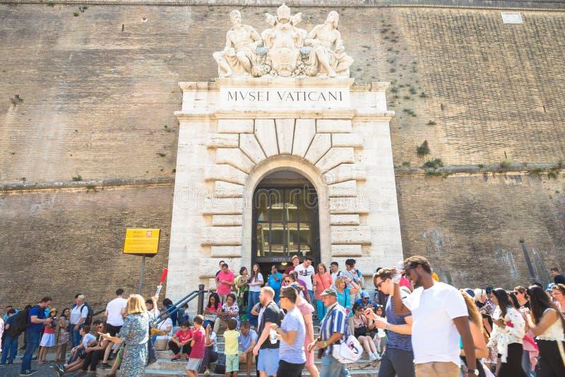 Masa-turismo en el museo del Vaticano en Roma imágenes de archivo libres de regalías