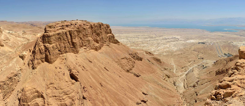 Masada旱谷全景。 库存照片