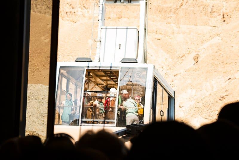 MASADA, ΙΣΡΑΉΛ - 22 ΜΑΡΤΊΟΥ 2019: Τίτλος τελεφερίκ στην κορυφή του εθνικού πάρκου Masada στοκ εικόνες