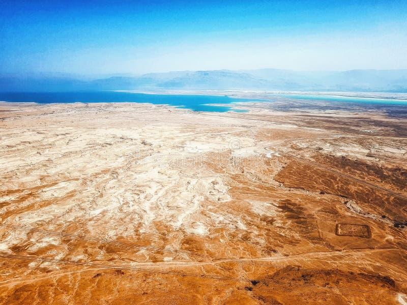 Masada-Gipfel und Totes Meer in Judea-Wüste Negev, Israel lizenzfreie stockbilder