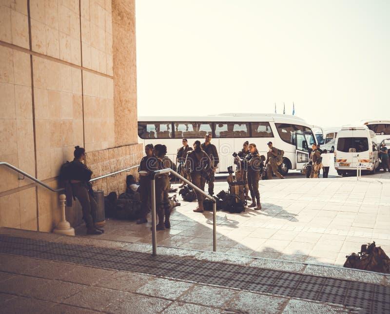 MASADA, ISRAEL - 22 DE MARZO DE 2019: La separaci?n de soldados lleg? en un viaje a Masada fotografía de archivo