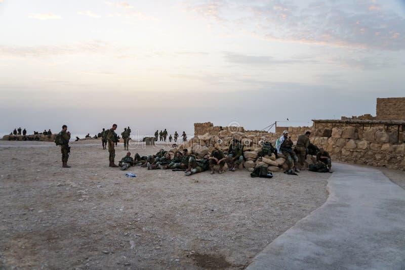 Masada, Israel 23 de octubre de 2018: Soldados del grupo de la infantería del ejército israelí en maniobras en la fortaleza de Ma fotos de archivo