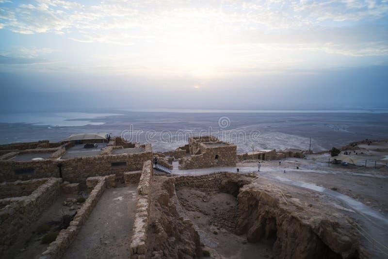 Masada ? uma fortaleza antiga fora da costa do sudoeste do Mar Morto, em Israel Perto da cidade de Arad, no Ein Gedi Ein foto de stock