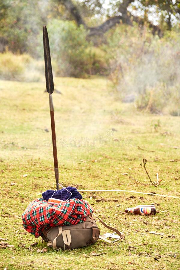 Masai, das in das Ngorongoro-Naturschutzgebiet geht lizenzfreie stockbilder