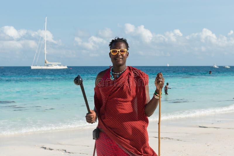 Masai de sourire avec des lunettes de soleil sur une plage photos libres de droits