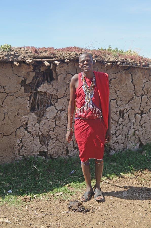 Masai-Dorf außerhalb eines Hauses stockfotos