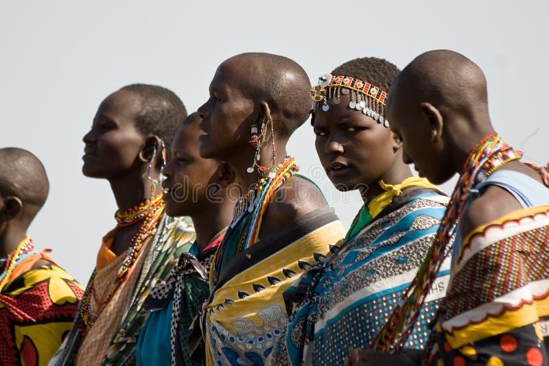 Masai kobiety śpiewają ich tradycyjnego występ i tanczą fotografia royalty free