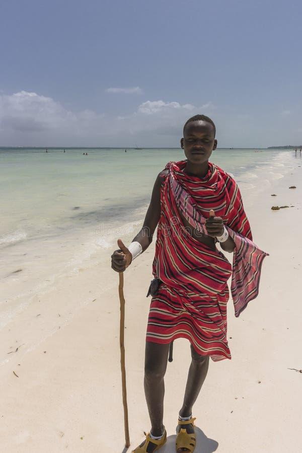 Masai man på stranden i Zanzibar arkivbilder