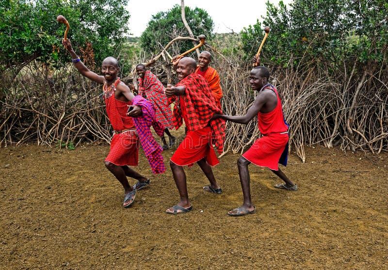 MASAI MARA, KENIA - 13 de agosto: Guerreros del Masai que bailan traditiona imágenes de archivo libres de regalías