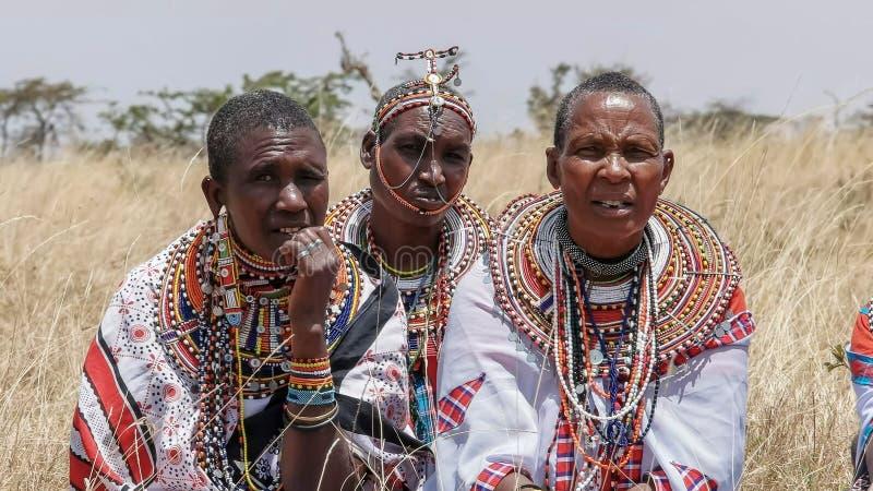 MASAI MARA, KENYA 26, EM AGOSTO DE 2016: próximo acima de mulheres do maasai no vestido tradicional na escola de guiamento do koi imagem de stock royalty free