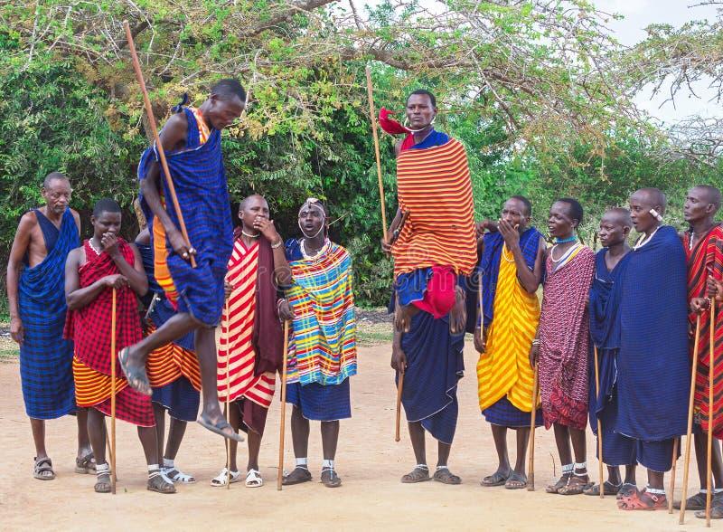 Masai-Mara-stam, Kenia - 18 januari 2019: Groep afrikaanse mannen van de autochtone stam van de Masai in Kenia dansen stock afbeelding