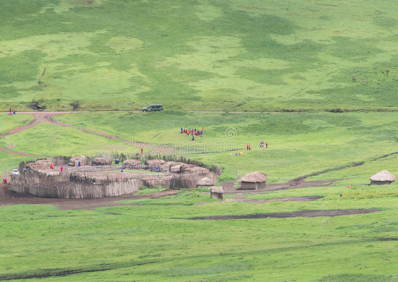 Masaidorf auf Serengeti lizenzfreies stockfoto