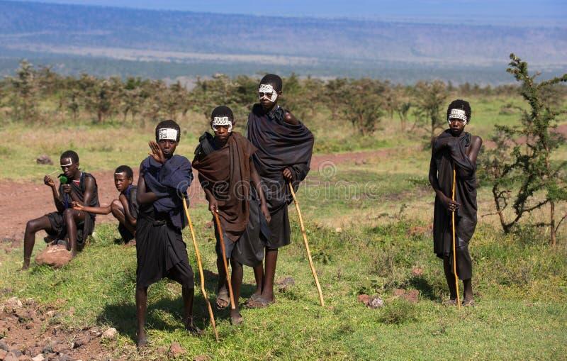Masaijongens in zwarte kleren en het schilderen gezichten royalty-vrije stock foto's