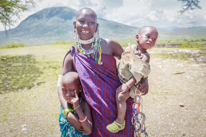 Masaikvinna med henne ungar arkivfoto
