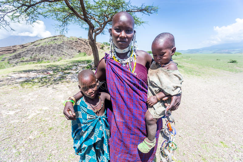 Masaikvinna med henne ungar arkivbild