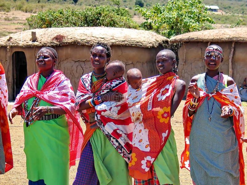 Masaikvinnor med ungar royaltyfri foto
