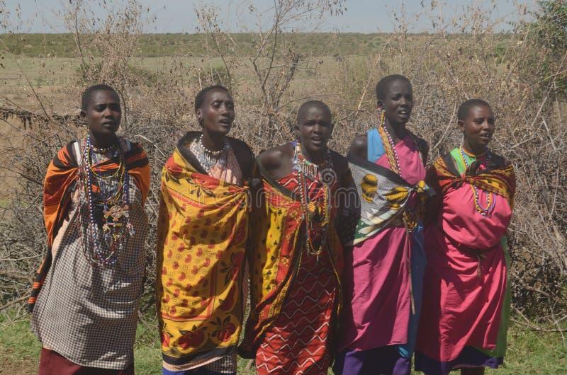 Masaikvinnor som sjunger Kenya fotografering för bildbyråer