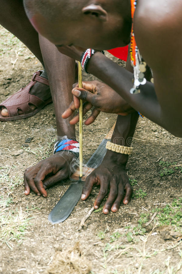 Masaimara het knielen vuren royalty-vrije stock fotografie