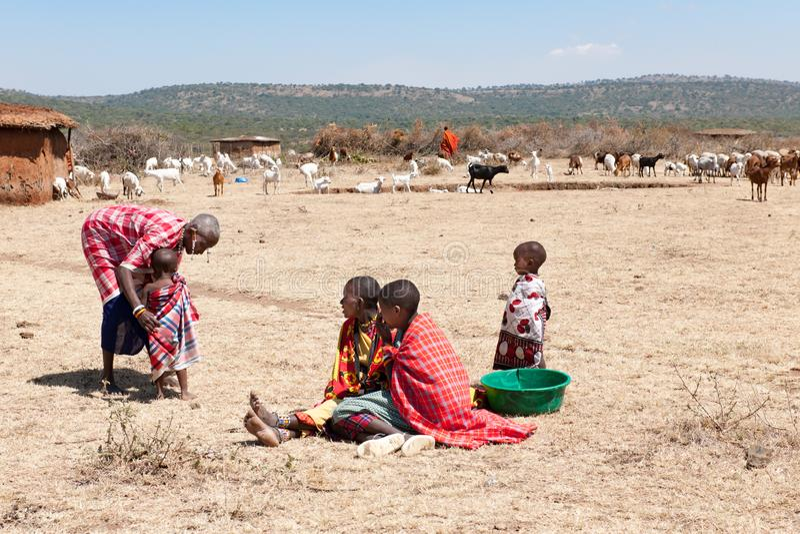 Masaimensen, Vrouwen en Kinderen van Maasai-Stamzitting op grond, Tanzania, Afrika royalty-vrije stock afbeeldingen