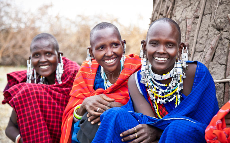 Masaivrouwen met traditioneel tanzania stock foto