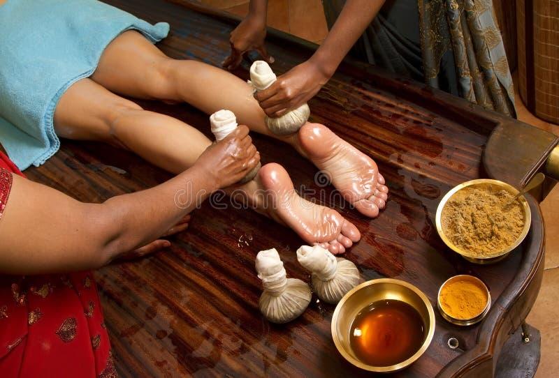 Masaje ayurvedic indio tradicional del pie del petróleo fotografía de archivo