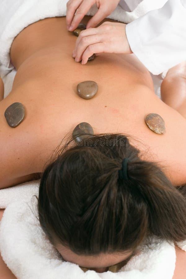 Masaje - colocación terapéutica de las piedras fotos de archivo libres de regalías