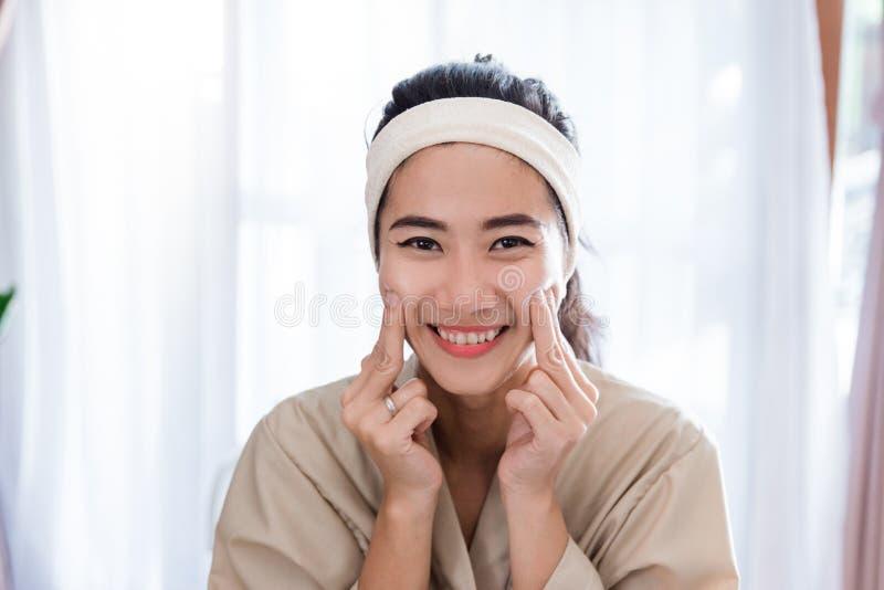 Masaje de cara del uno mismo de la mujer joven fotografía de archivo