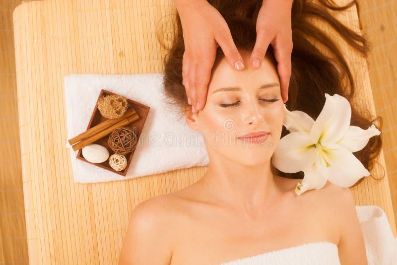 Masaje de cara Primer de una mujer joven que consigue el tratamiento del balneario foto de archivo