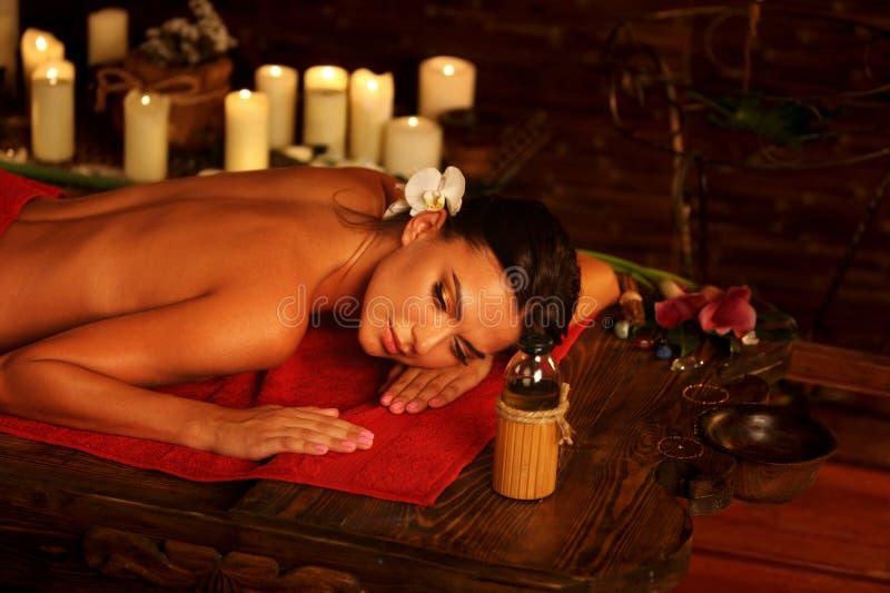 Masaje de la mujer en salón del balneario Terapia oriental interior de Luxary foto de archivo