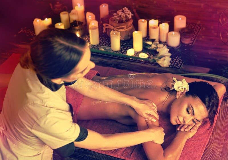 Masaje de la mujer que se libra de los calambres en balneario fotos de archivo