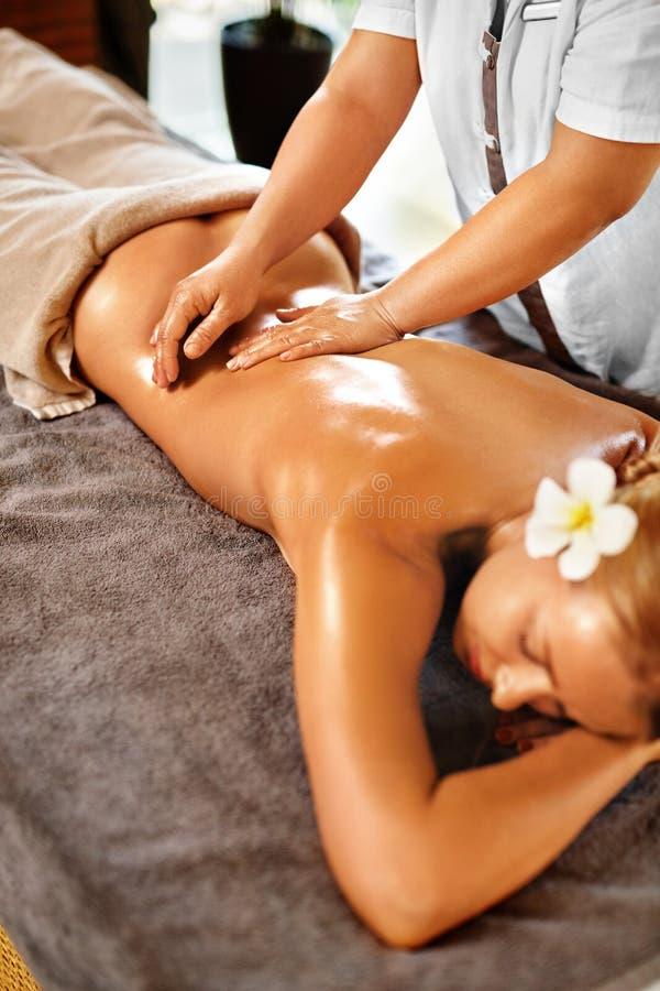 Masaje de la parte posterior de la mujer del balneario Tratamiento de la belleza Cuerpo, terapia del cuidado de piel imágenes de archivo libres de regalías