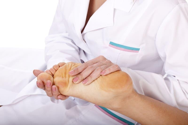 Masaje de la pierna femenina. Primeros auxilios. fotografía de archivo