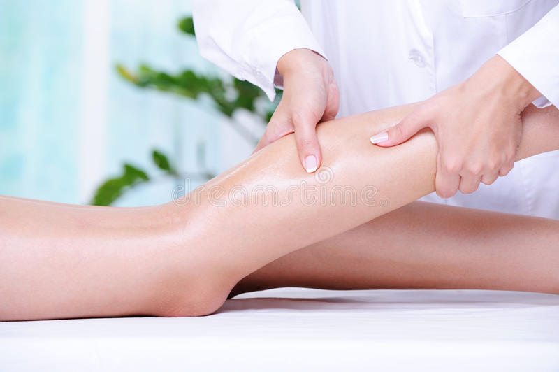 Masaje de la pierna humana imágenes de archivo libres de regalías