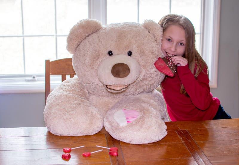 Masaje de valentinas para niñas y osos imagen de archivo libre de regalías