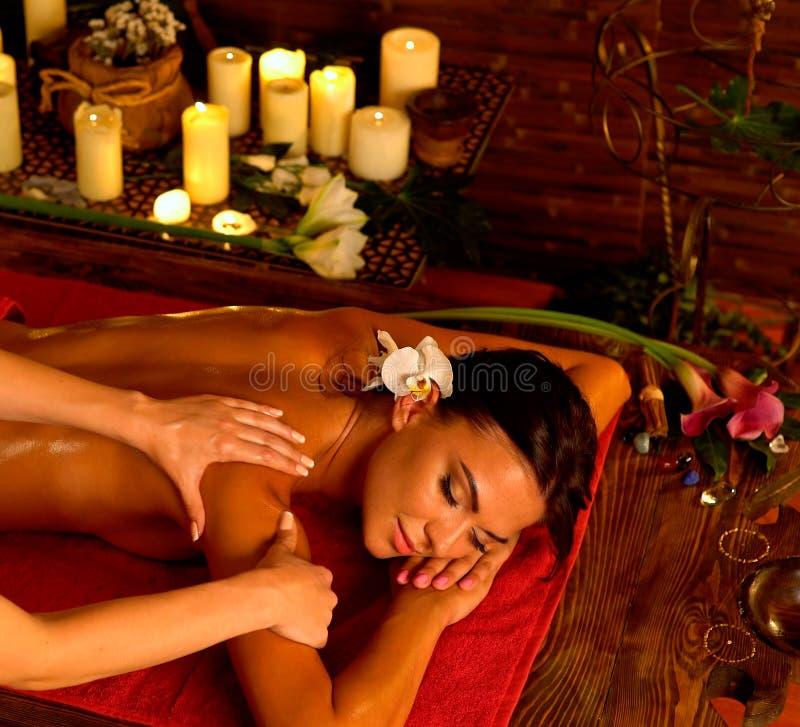 Masaje del Aromatherapy de la mujer en salón del balneario fotos de archivo libres de regalías