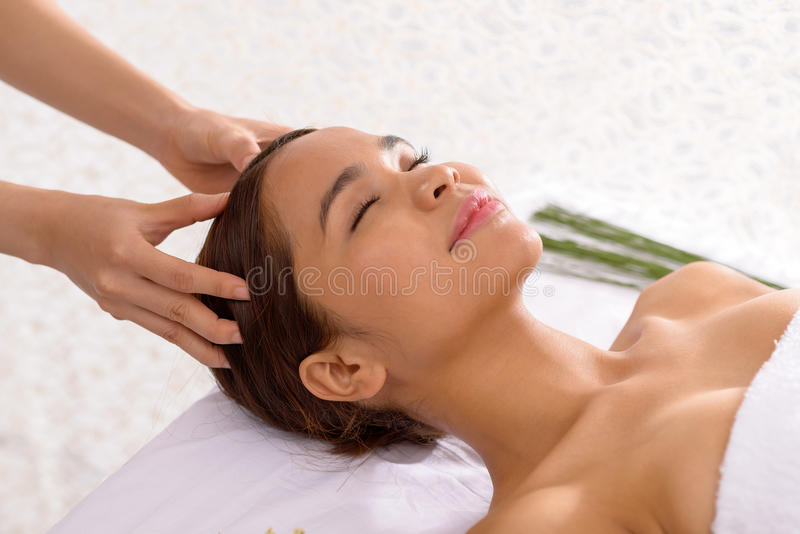 Masaje del cuero cabelludo fotografía de archivo libre de regalías