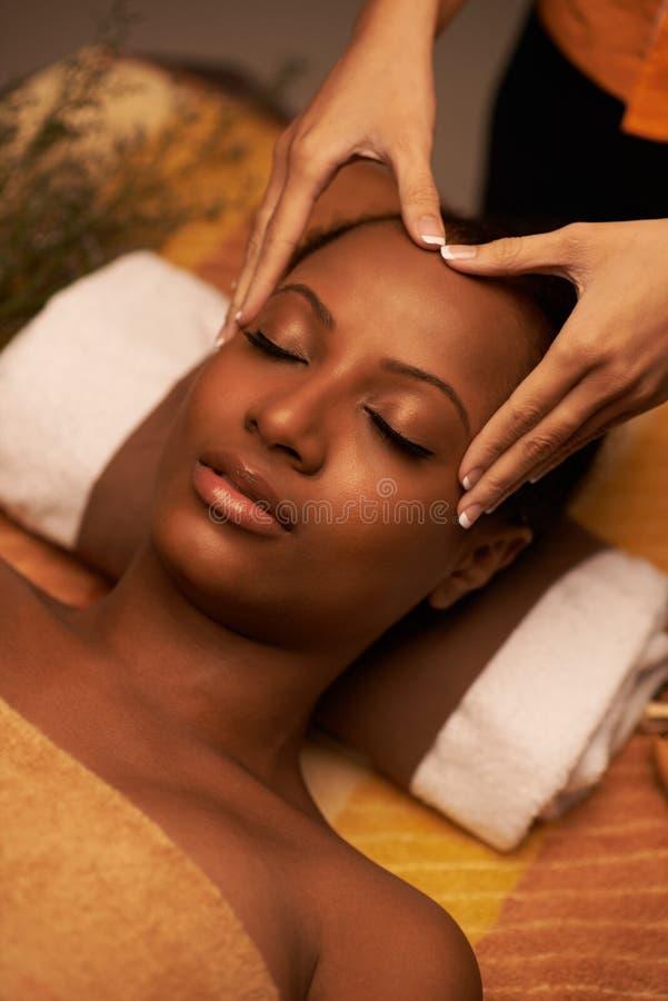 Masaje del cuero cabelludo imagen de archivo libre de regalías