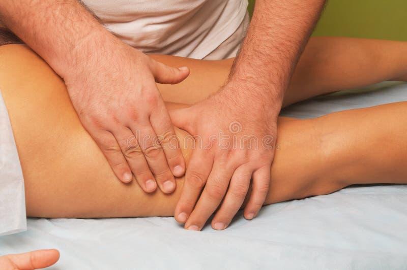 Masaje del cuerpo femenino imagen de archivo