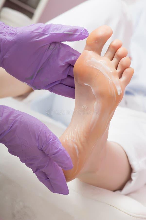 Masaje del cuidado de pie con crema Procedimiento del BALNEARIO de la pedicura fotografía de archivo libre de regalías
