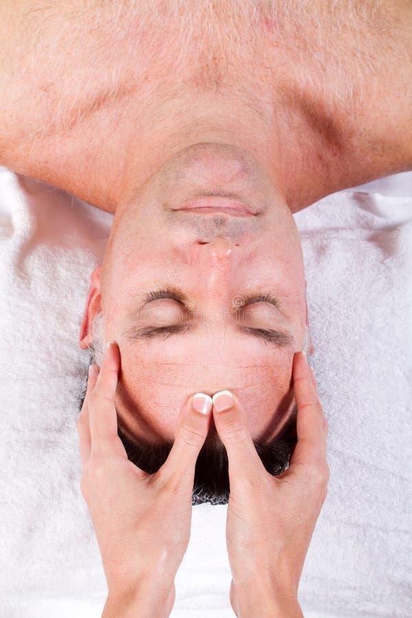 Masaje del facial del hombre fotos de archivo libres de regalías