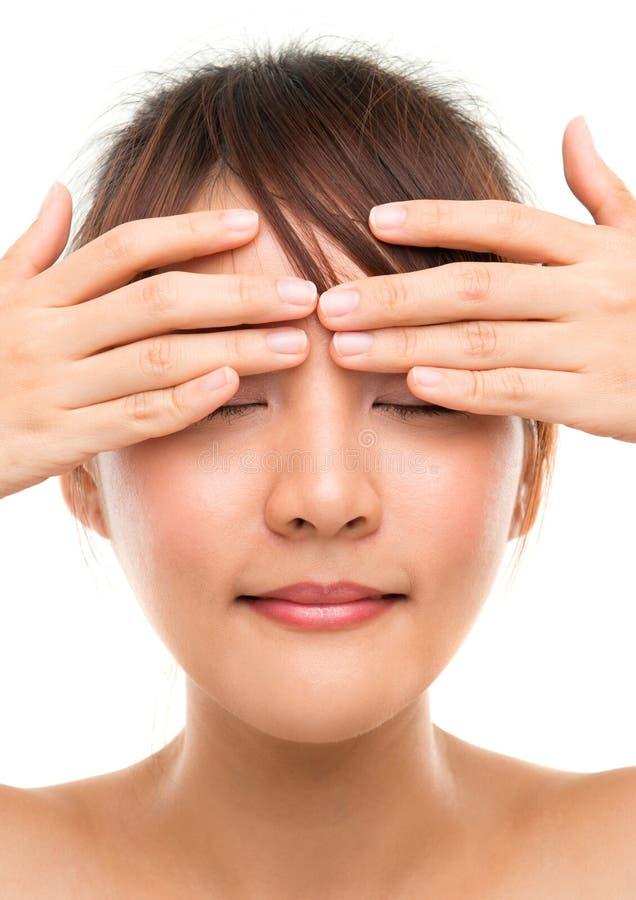 Masaje del ojo imagen de archivo libre de regalías