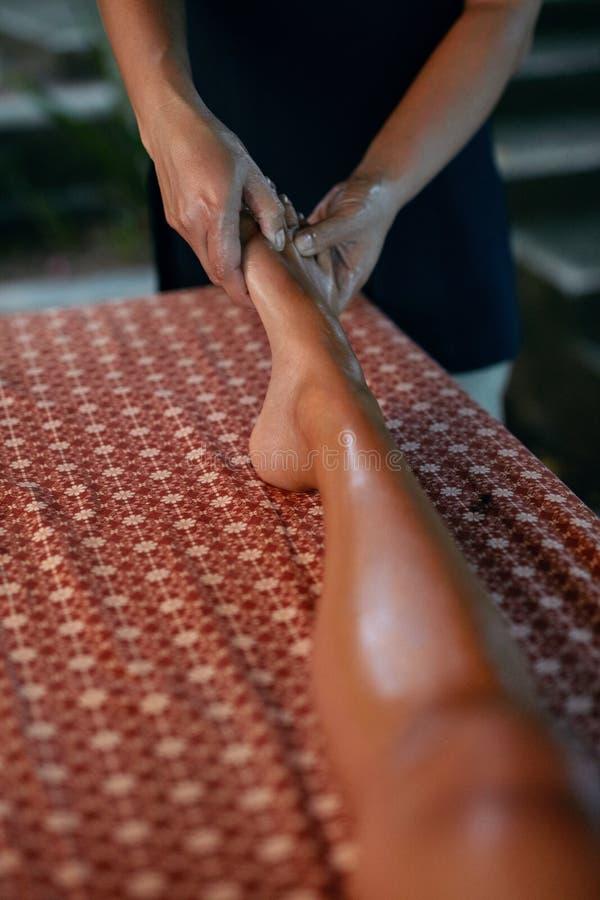 Masaje del pie con aceite en el primer tailandés del salón del balneario fotografía de archivo libre de regalías