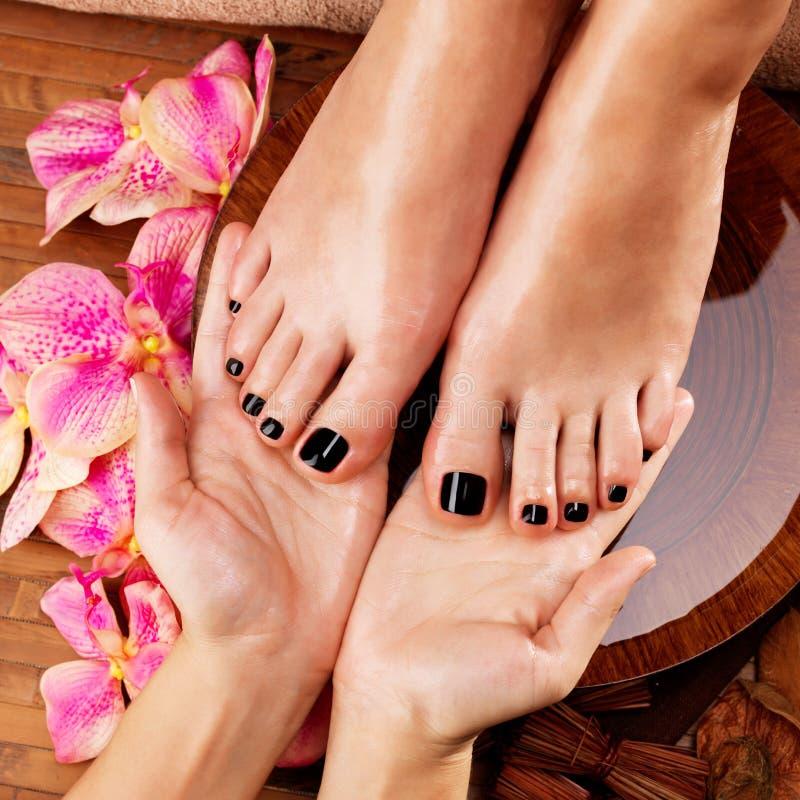 Masaje del pie de la mujer en salón del balneario foto de archivo